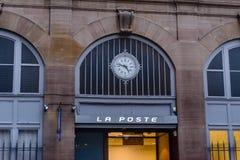 对La Poste邮政办公室的大门 库存照片