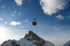对Lagazuoi的缆车,白云岩,威尼托,意大利 免版税库存照片