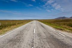 对Lochmaddy的长的路 库存图片