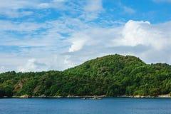 对Lyngdalsfjord的看法与山在挪威 免版税图库摄影