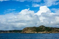 对Lyngdalsfjord的看法与山在挪威 免版税库存照片