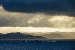 对Lyngdalsfjord的看法与日落在挪威 免版税图库摄影