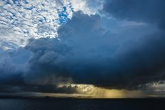 对Lyngdalsfjord的看法与日落在挪威 免版税库存照片