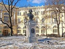对M.罗蒙诺索夫,莫斯科国立大学主楼的纪念碑 v 罗蒙诺索夫1711-1765在冬日 圣彼德堡 免版税库存图片