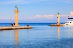 对Mandraki港口罗得岛的入口 免版税库存图片