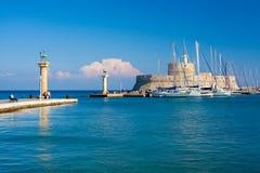 对Mandraki港口罗得岛的入口 免版税库存照片