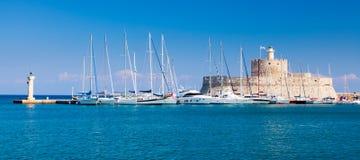 对Mandraki港口罗得岛的入口 免版税图库摄影