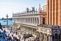 对Marciana图书馆和钟楼的白天视图 图库摄影