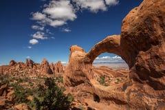 对Mesa曲拱的壮观的viwe在Canyonlands国家公园在犹他,美国 库存图片