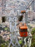 对Monserrate山的空中览绳。 免版税库存照片