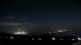 对Moshi镇的看法从山露营地在夜 免版税库存照片