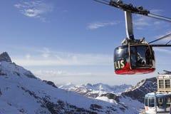 对Mt铁力士峰的缆车在瑞士 库存图片