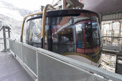 对Mt铁力士峰,瑞士的缆车 免版税库存图片