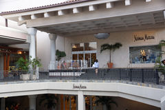 对Neiman马库斯的入口在阿拉莫阿那中心 库存图片