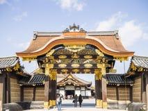 对Nijo城堡的门 免版税库存照片