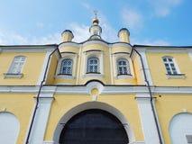 对Nikolsky (圣尼古拉斯)妇女的修道院的入口在Pereyaslavl-Zalessky 免版税库存图片