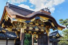 对Ninomaru宫殿的门Nijo城堡的在京都 免版税库存图片