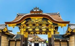 对Ninomaru宫殿的karamon主闸Nijo城堡的在京都 库存照片