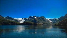 对Nordfjorden和Svartisen冰川, Meloy,挪威的全景视图 免版税库存图片