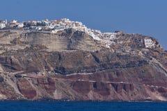 对Oia镇的全景从海,圣托里尼海岛,希腊 库存照片