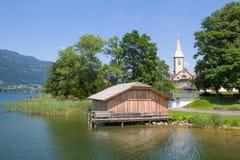 对Ossiach的看法从在湖Ossiach的船 库存照片