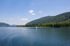 对Ossiach的看法从在湖Ossiach的船 免版税库存图片