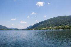 对Ossiach的看法从在湖Ossiach的船 库存图片