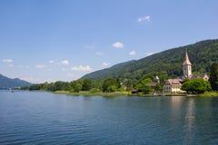 对Ossiach的看法从在湖Ossiach的船 免版税图库摄影