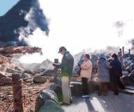 对owakudani走的和远足的日本年长游客旅行落后体验温泉城, Mt富士好的看法  免版税库存图片
