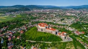 对Palanok城堡的美好的全景鸟瞰图在市穆卡切沃 免版税库存照片