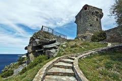 对Paolina的步在科西嘉人Nonza村庄耸立 免版税库存图片