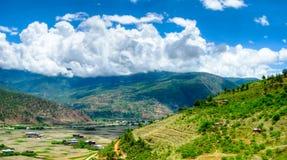 对Paro谷,不丹的全景视图 免版税库存图片