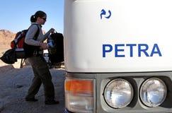 对Petra约旦的妇女游客旅行 免版税库存图片