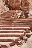 对Petra缸坟茔的步  免版税库存照片