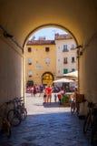 对Piazza del Anfiteatro,卢卡的地下过道 免版税图库摄影