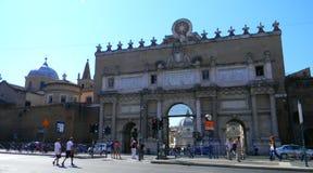 对Piazza del Popolo的入口在罗马 免版税库存照片