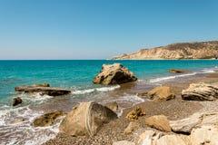 对Pissouri海湾的一个看法从海滩,塞浦路斯的末端 库存图片