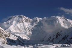 对Pobeda峰顶7439m的看法从在天山的南Inylchek冰川 库存图片