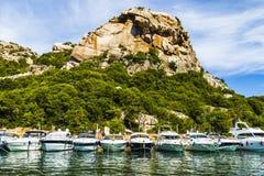 对Poltu Quatu (撒丁岛,意大利)的船汇集 免版税库存照片