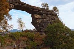对Pravcice门的令人敬畏的看法在漂泊瑞士国家公园 在背景的山 库存图片