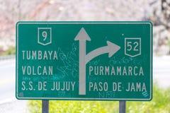 对Purmamarca或S的路标 S De Jujuy,阿根廷 库存图片