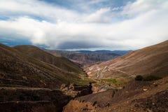 对Purmamarca - Jujuy,阿根廷的Cuesta de Lipan下坡高速公路 免版税库存图片