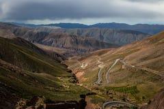 对Purmamarca - Jujuy,阿根廷的Cuesta de Lipan下坡高速公路 库存照片
