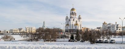 对Rastorguevs房子和大教堂的叶卡捷琳堡都市风景在冬天 免版税库存照片