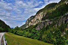 对Reschen路的奥地利阿尔卑斯看法 免版税库存图片