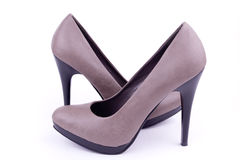 对s横向穿上鞋子妇女 免版税库存图片