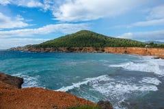 对sa cala caleta的看法在伊维萨岛 免版税库存照片