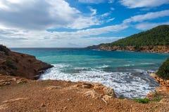 对sa cala caleta的看法在伊维萨岛 库存照片