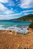 对sa cala caleta的看法在伊维萨岛 免版税库存图片