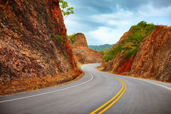 对Samana半岛的一条高速公路通过落矶山脉 大道Turistico Atlantico, 133 多米尼加共和国 免版税库存照片